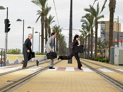 女商人和商人跑步图片