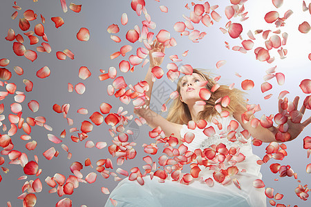 被花瓣包围的女人图片