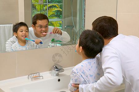 父子刷牙图片