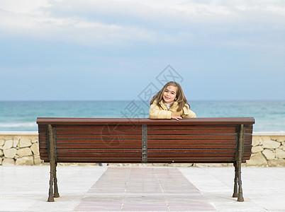 小女孩看着长椅图片