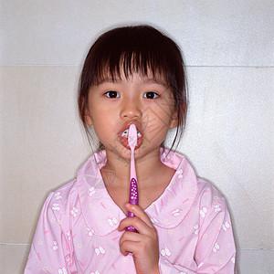 刷牙的女孩图片