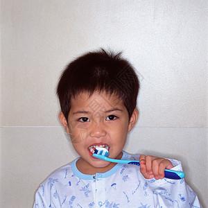 刷牙的男孩图片