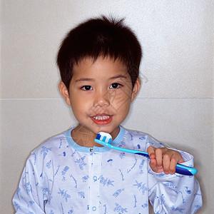 男孩在刷牙图片
