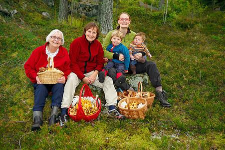 森林中的家庭图片
