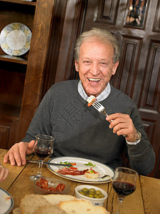 老人吃午饭图片
