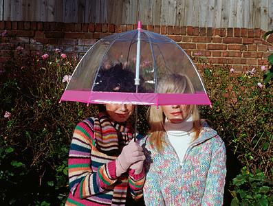 两个朋友在伞下图片