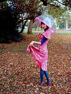 在公园里拿伞的女人图片
