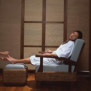 在水疗中心修脚的女人图片