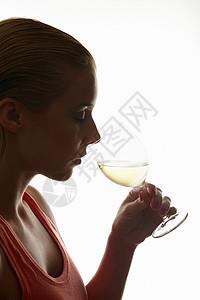 喝一杯酒的女人图片