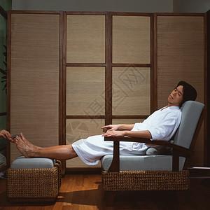 在水疗中心修脚的男人图片