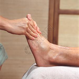 修脚的男人图片