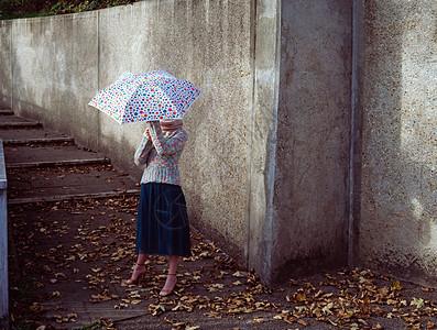 拿着斑点伞的女人图片