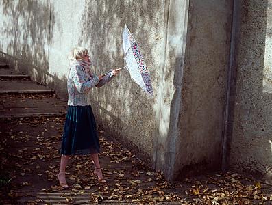 女人拿着伞图片