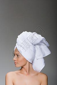 一个女人头上包着毛巾的画像图片