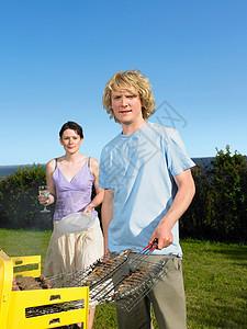 在烧烤鱼的男人图片