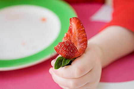 正在吃草莓的孩子图片