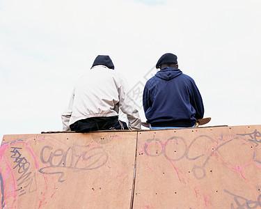 坐在斜坡上的男孩图片