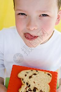 吃面包片的男孩图片