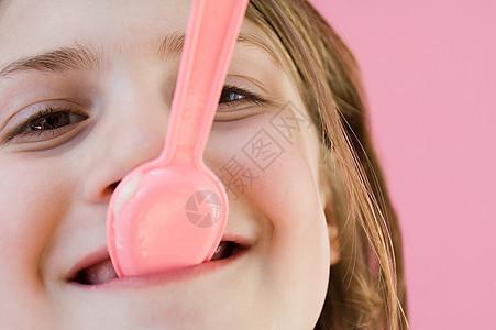 嘴里衔着塑料勺的女孩图片