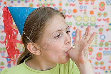 吃手指的女孩图片