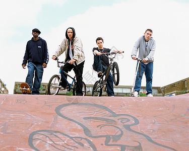 公园里骑自行车的青少年图片