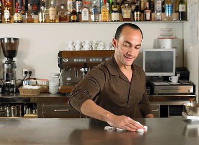 咖啡师在擦柜台图片