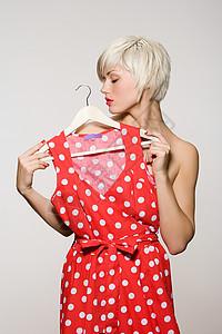 试衣服的年轻女子图片