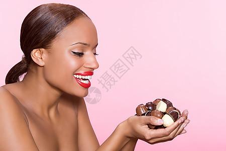 手捧巧克力的女人图片