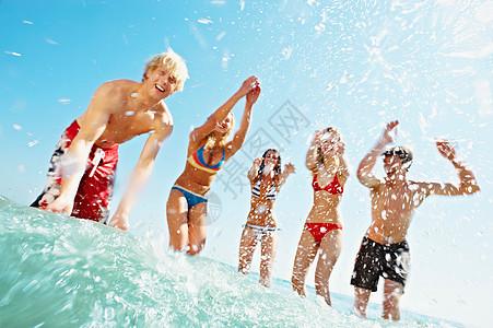 在海里泼水的一群人图片