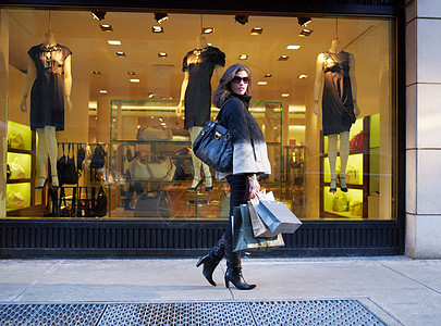 在纽约街购物的女人图片