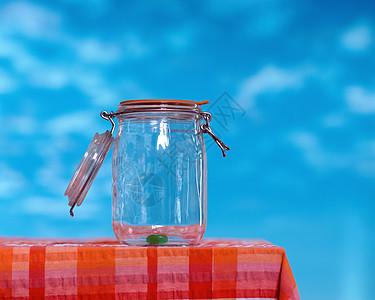 一个果冻在罐子里图片