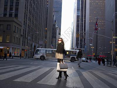 穿过纽约街的女人图片