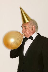 吹气球的老人图片