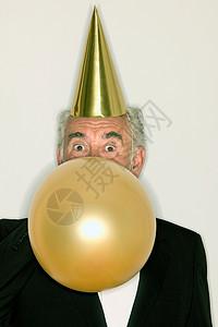 给气球充气的老人图片