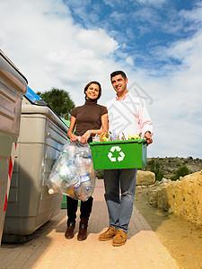 夫妻与回收物合影图片