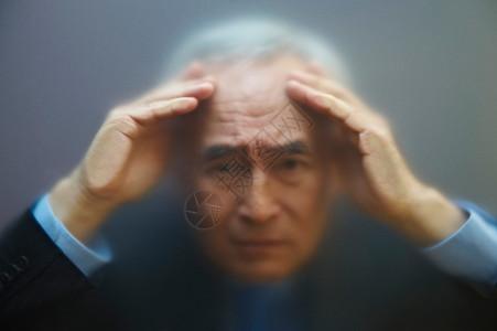 老人透过磨砂玻璃凝视图片