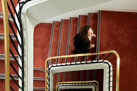 走上螺旋楼梯的女商人图片