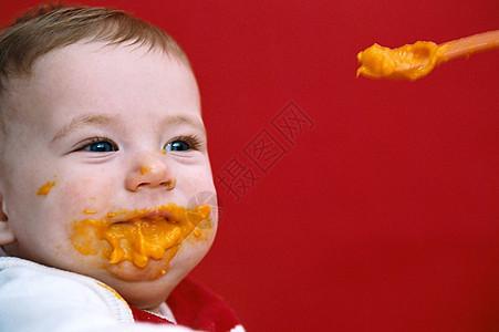 正在喂养的婴儿图片