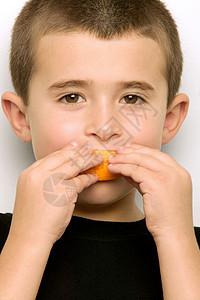 在吃橘子片的男孩图片