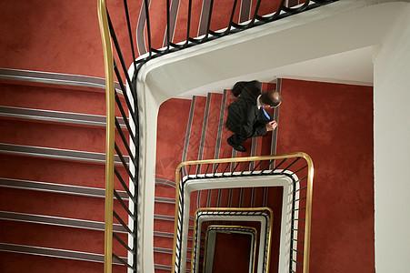 走上螺旋楼梯的商人图片