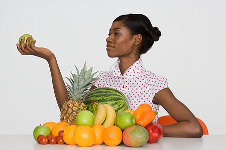 拿着苹果的年轻女子图片