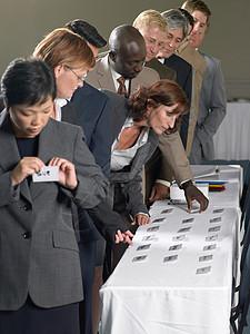 带姓名标签的办公室工作人员图片