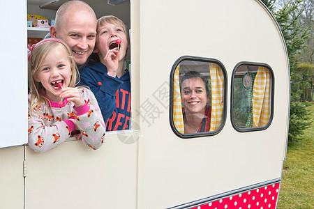 大篷车中的家庭肖像图片