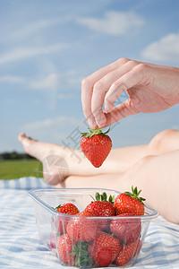 拿草莓的人图片