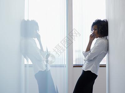 使用手机接电话的女性图片