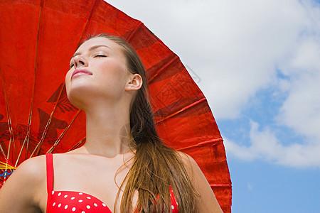 打太阳伞的年轻女子图片