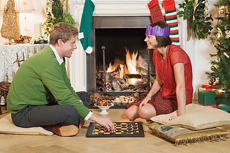 一对夫妇在圣诞节下棋图片