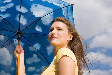 打伞的年轻女子图片