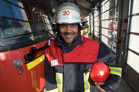 拿着足球的消防员图片