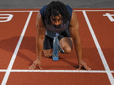 男子短跑运动员在起跑线图片
